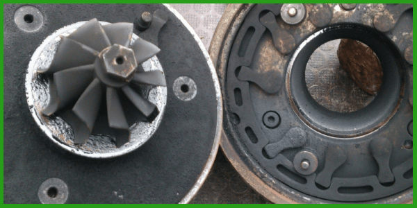 Nettoyage du turbo avec la machine à décalaminer sur Evere.  Dans un centre de decalaminage ou chez vous, à domicile.